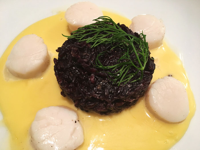 Schwarzer Reis mit Kammmuscheln