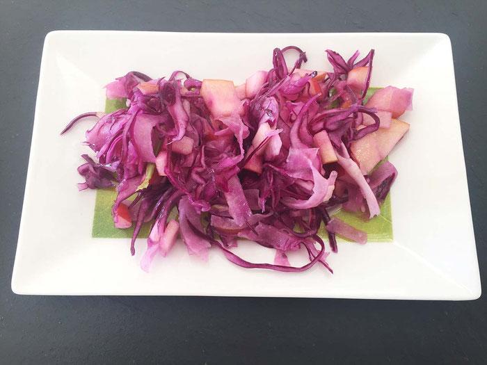 Rotkohl-Salat mit Fenchel und Apfel