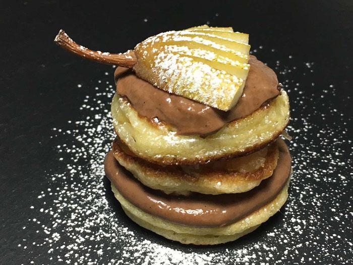 Oladji Russische Pfannkuchen mit Schokoladencreme und Birnenmuss