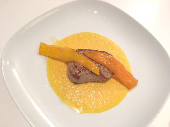 Kalbsfilet an Kürbis-Sauce mit Peperoni dekoriert