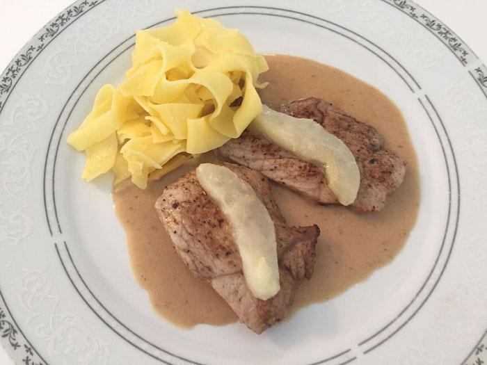 Kalbsschnitzel an Gorgonzola Sauce mit frischen Birnen