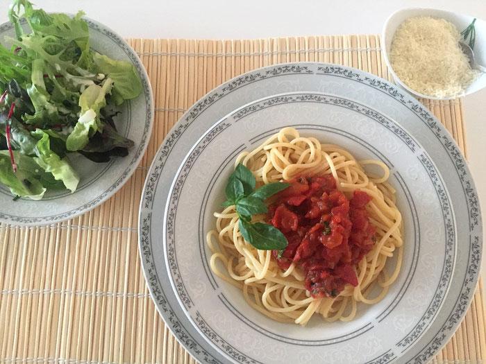 Spaghetti Napoli mit Feldsalat