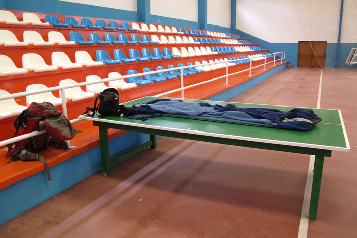 Notunterkunft in eine Sporthalle. Die Alternative war 7 km weiterlaufen.