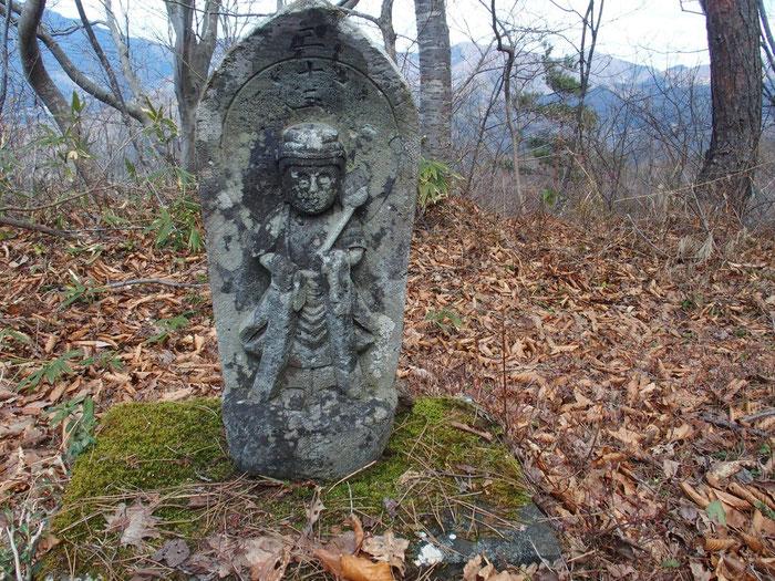 """尾根に出ると""""西国33ケ所観音""""の石仏が。これは山頂直下の33番:満願の観音さんです。                                     たぶん文珠堂から登るコースに1番の観音さんから順々に祀ってあるのだろうと思う。"""