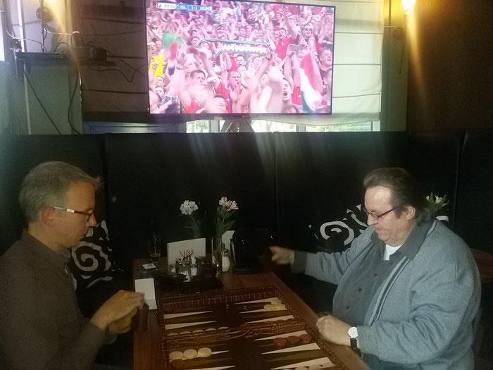 Halbfinale Maik gegen Bernd. Im Hintergrund die ungarischen Fans beim Jubel über den Ausgleichstreffer gegen Island