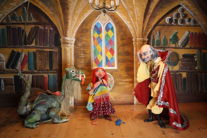 Marionettentheater Märchen an Fäden - Drache Funki und das zauberhafte Weihnachtsgeschenk - Salbenbrau lernt stricken.