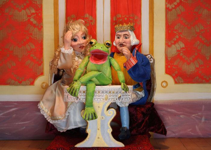 Marionettentheater Märchen an Fäden - Der Froschkönig - Ein Frosch am Tisch!