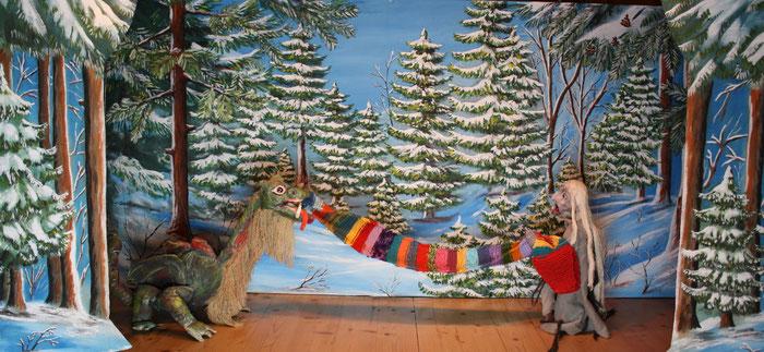 Marionettentheater Märchen an Fäden - Drache Funki und das zauberhafte Weihnachtsgeschenk - Hexe Keppelzahn stiehlt den Schal.