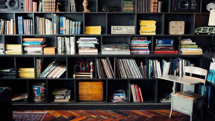 Estantería con libros ordenados.