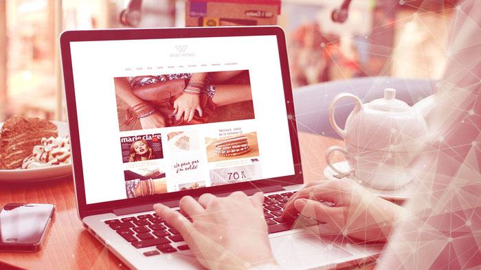 La propietaria de una página web creada con Jimdo trabaja desde su escritorio.