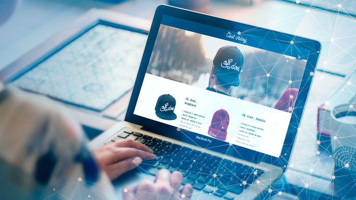 Usuario de Jimdo trabajando en el desarrollo de su tienda online desde su portátil.
