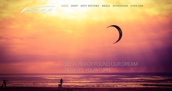 Fotografía de un atardecer en la playa como fondo de un sitio web.