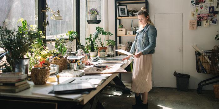 Diseñadora freelance trabajando en un proyecto en su espacio de trabajo.