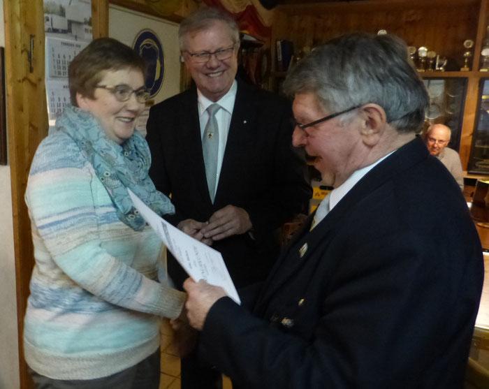 Elke Wolters wird für 30-jährige Mitgliedschaft vom Vorsitzenden Gerd Todt und dem Kreisvorsitzenden Peter Witthohn mit Urkunde und Nadel geehrt.