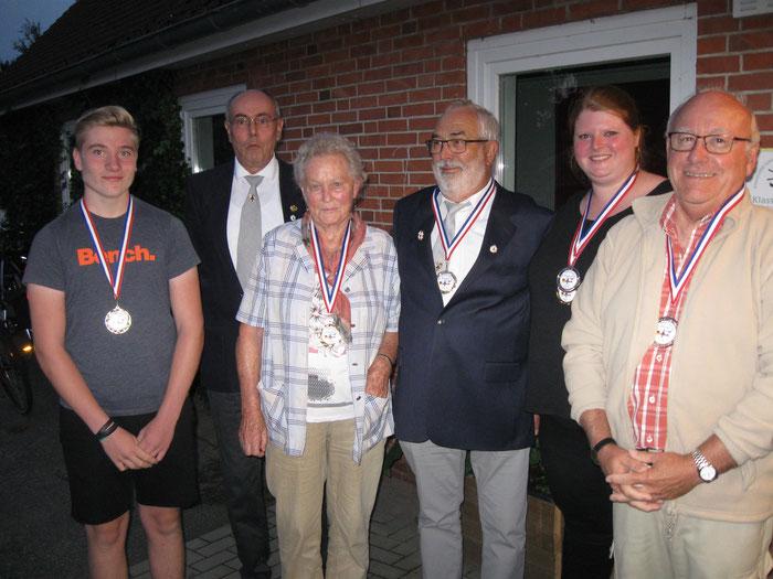 Die neuen Majestäten: Dennis Rautenberg, Heinz Seligmann (Schießwart), Isela Rieck, Gerd Buske, Stephani Willert, Peter Brüggemann