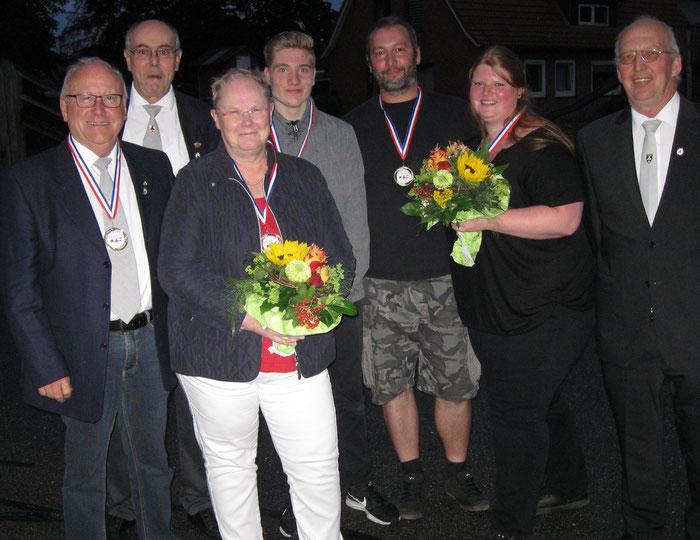 Hofstaat 2019: Peter Brüggemann, Schießwart Heinz Seligmann, Marianne Brüggemann, Dennis Rautenberg, Thomas Eggers, Stephanie Willert, Hans-Henning Reese (v.l.)