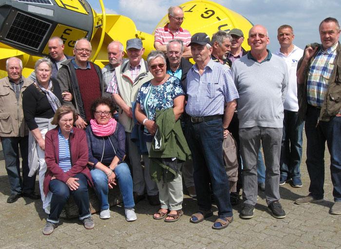 Die Besuchergruppe der KK Emkendorf vor einer instand gesetzten Boje