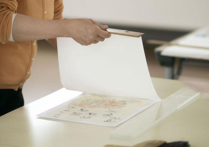 慎重に裏打ち紙をのせます。