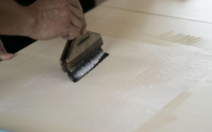 裏打ち用の紙にしっかりと糊を塗布します。
