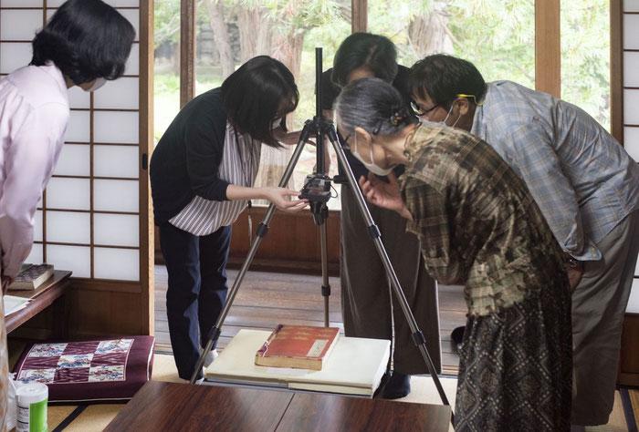 古文書はコピー機を使うと劣化の原因となるため、写真を撮影してプリントします。