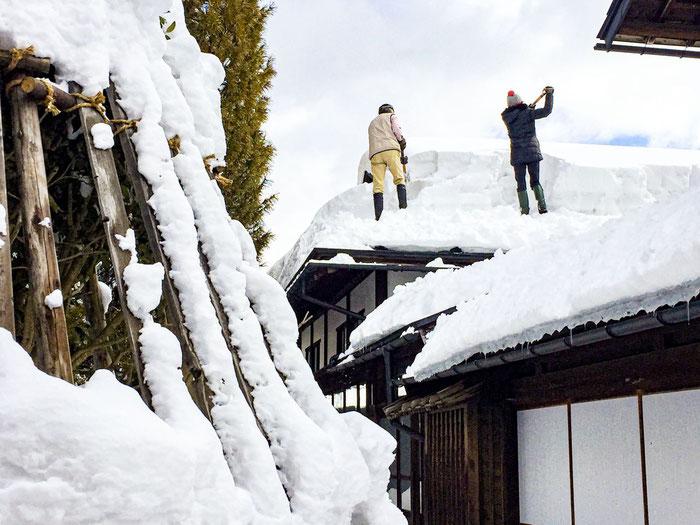 新座敷の屋根を除雪