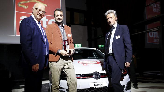 VW-Markenchef Peter Schmid (li.) und auto-illustrierte-Chefredaktor Jörg Petersen (re.) übergeben den VW Golf GTI an den «Schweizer Autofahrer des Jahres 2017» Pascal Wedam (mi.).