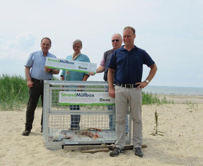 Aufstellung der Strandmüllboxen auf Föhr: v.l.n.r. Friedrich Riewerts (Bürgermeister Nieblum) Angela Ottmann (BUND Föhr/Plastikfrei wird Trend) Walter Höllmer (Lions Club Föhr) und Rainer Hansen (Lions Club Föhr)