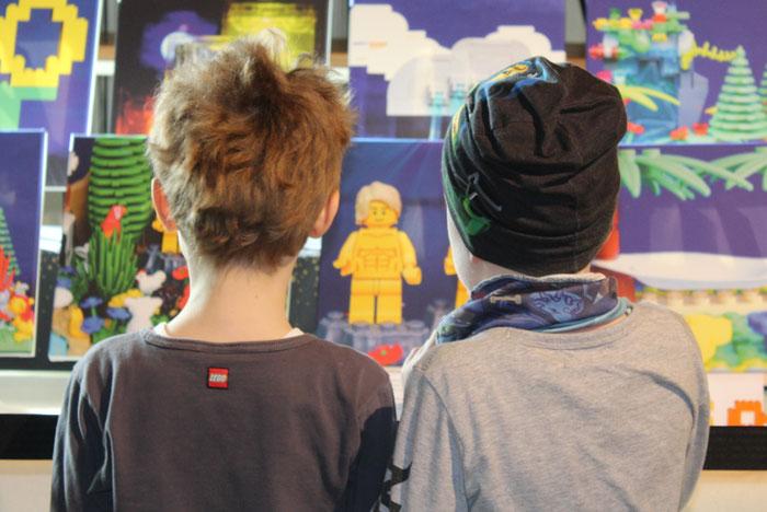 Kinder vor Legobibel-Motiven