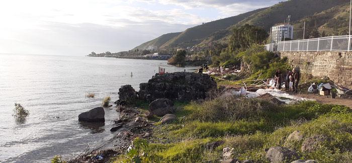 Le site délimité par un rempart et un mur de quai, au sud de Tibériade