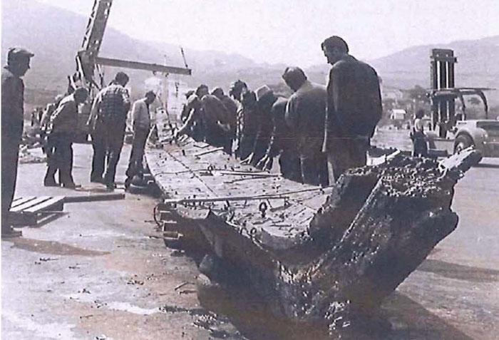 La sortie de la quille de l'épave en 1974 (Cl. L'indépendant)