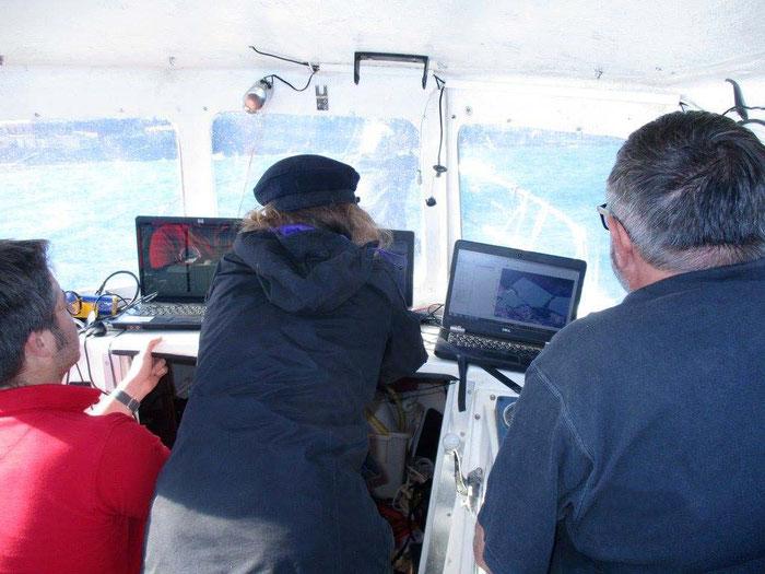 Le tableau de l'Aresmar équipé du matériel informatique pendant les navisations de prospection.