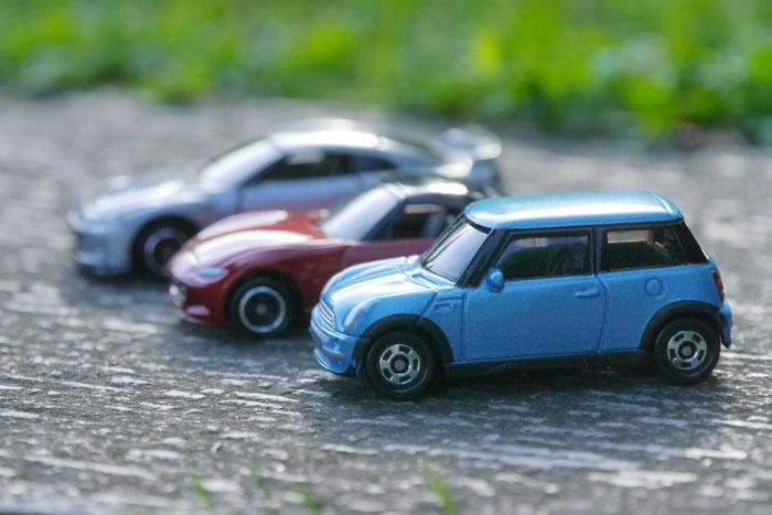 並んだ3台のミニカーの写真