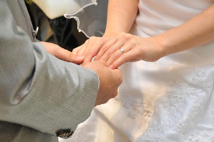 結婚式 ウエディング 手を取り合う新郎新婦の写真