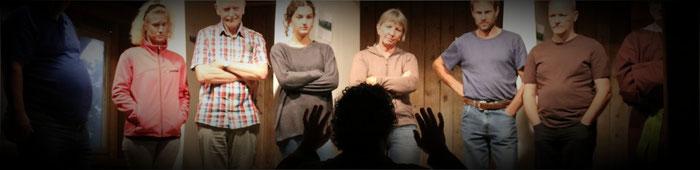 Regisseur Gallus Ottiger gibt dem Ensemble Anweisungen.