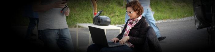Regieassistenz Corinne Waldvogel ist konzentriert bei der Arbeit.