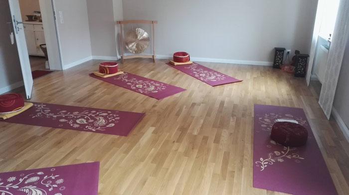 Mein Kursraum in Eching, gemütlich, geräumig, hell,  einfach perfekt für meine Yogakurse. Matten, Kissen, Decken, alles eingerichtet für eine schöne Yoga Stunde - Copyright Tanja Schöffmann Yogalehrerin Samastah Yoga