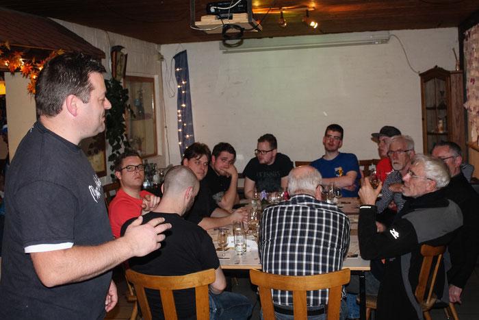 Michael Gröger und die Teilnehmer des Whiskey Abends 2016