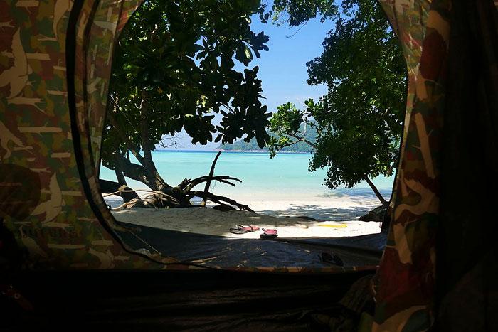 Mu Ko Surin Nationalpark: Campen direkt am Meer. Am Ao Mai Ngam Beach gibt es entweder günstige Zelte oder etwas teurere Bungalows.