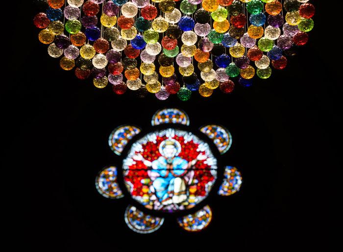 """""""Tel un lustre"""" installation artistique composée de 173 boules de Noël en verre de Meisenthal. Visible chaque année avant Noël dans l'église Saint-Georges de Sélestat.  Conception : Ville de Sélestat et Centre International d'Art Verrier de Meisenthal"""