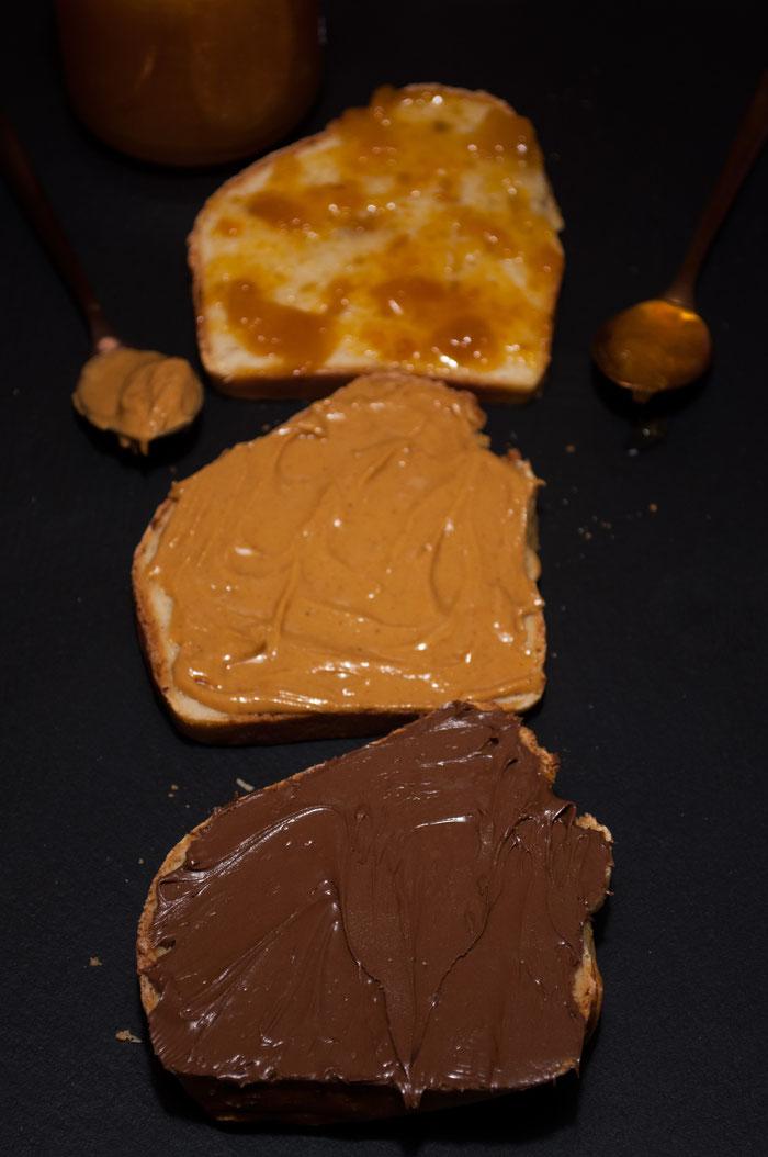 Schnelles Brot mit Nutella, Erdnussbutter und Aprikosenmarmelade.