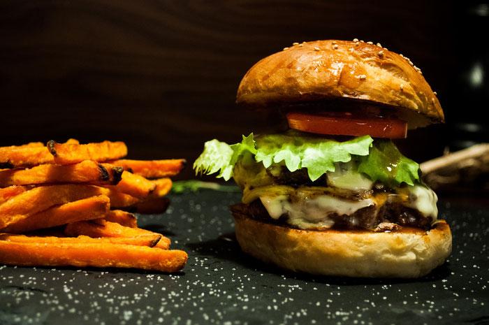 Burger mit Rindfleischbuletten und Süsskartoffelpommes