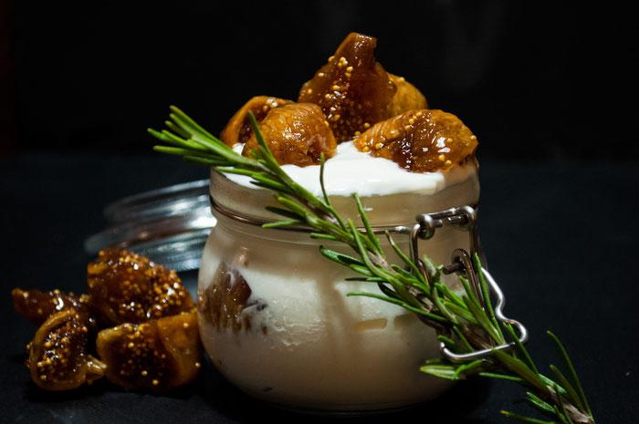 Typisch griechisch, Feigensirup mit griechischem Joghurt. Unglaublich lecker.