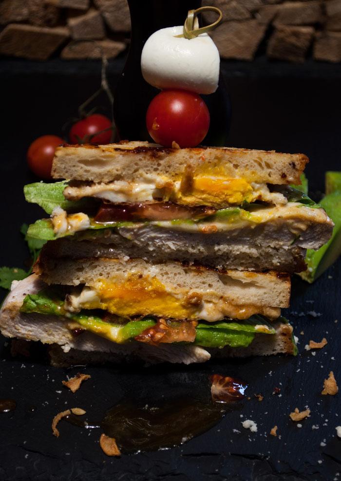 Hähnchen, Tomaten, Mozzarella Sandwich mit Avocado und Ei