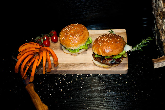 Vegane Buletten mit vegetarischen Brötchen und Kürbispommes