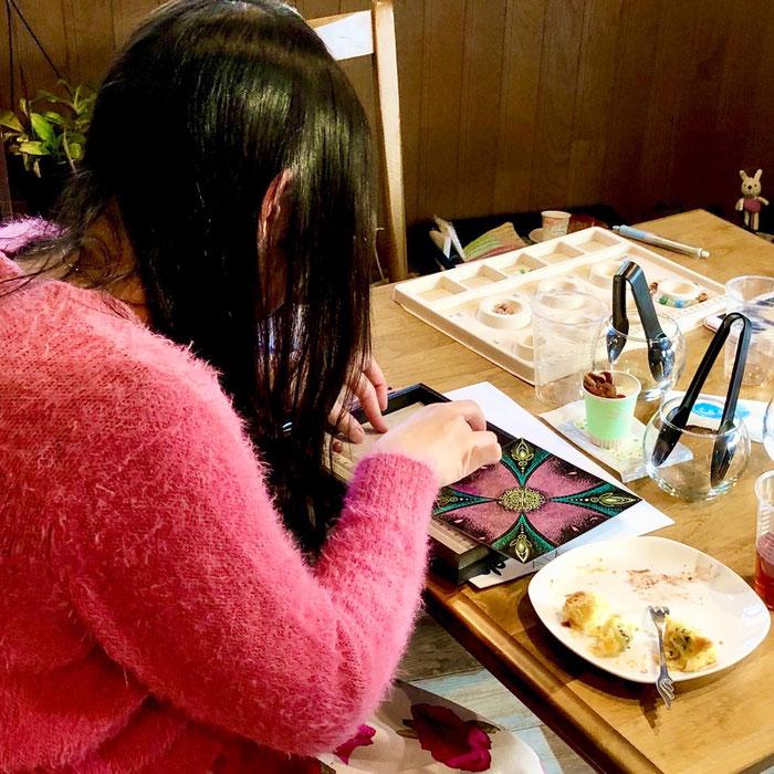 屋久杉富士溶岩天然石ブレス作り体験・初心者制作風景