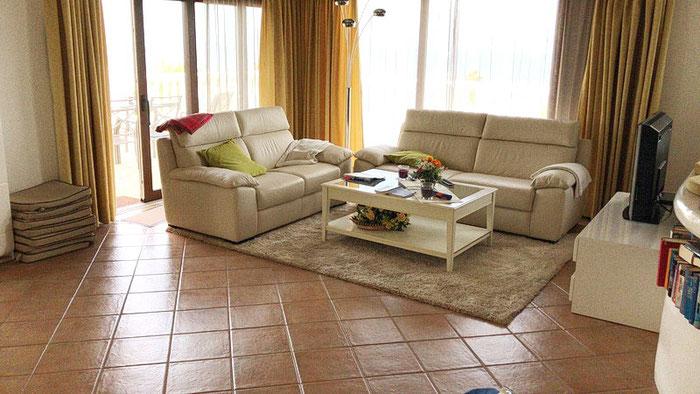 Die Villa Sol verfügt über ein Wohnzimmer auf zwei Ebenen, drei Schlafzimmer, 2 Bäder und eine Küche.