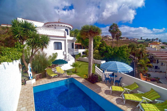 Die Villa Corona in La Matanza, im Norden von Teneriffa, Nähe Puerto de la Cruz, überzeugt mit ihrer exklusiven Ausstattung. Sie ist bestens geeignet für bis zu sechs Personen.