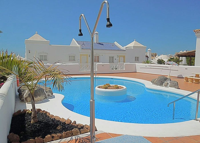 Moderner sonniger Pool in Form einer acht gebaut.