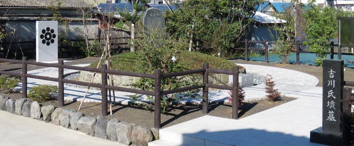 平成27年に改修築造された「吉川氏墳墓」