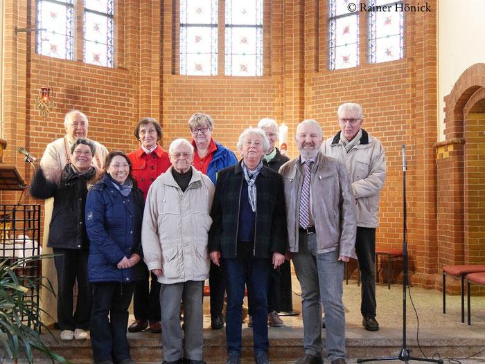 Pfarrer, Vorstand, Vereins-Mitglieder, Gemeinde-Mitglieder nach der Scheckübergabe